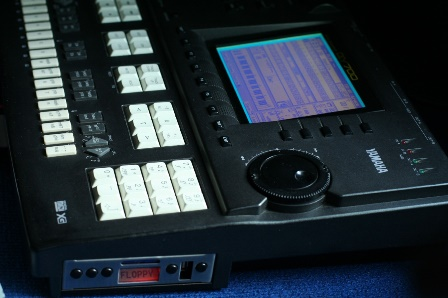 Floppyemulator Uniflash USB in Yamaha QY700 (4).jpg